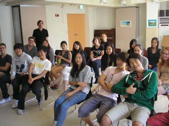Berufsbild: Mediendesign Die Oberstufe der DSSI beim Vortrag des Medienkünstlers Härper in der Aula der Schule