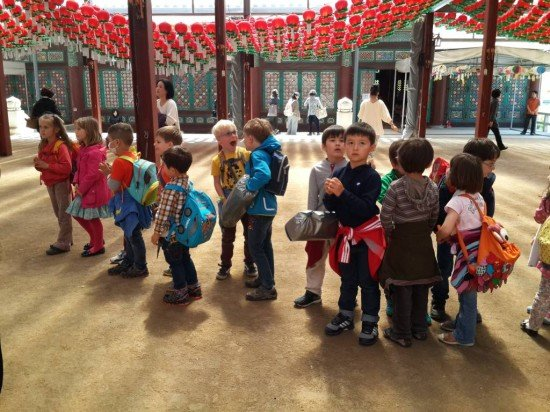 Kinder im Tempel