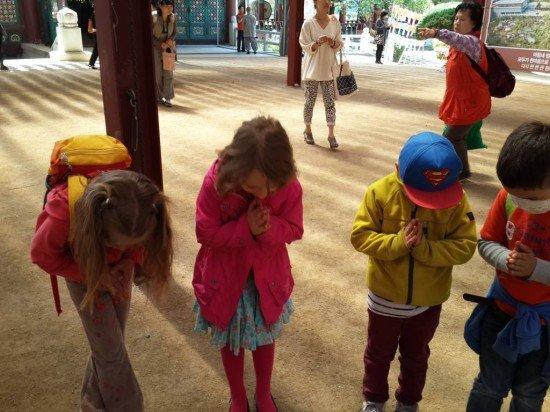 Kinder verbeugen sich
